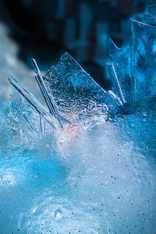 Abstrait givre glacé temps froid neigeux avec macro de cristaux de glace réelle dans des tons bleus froids