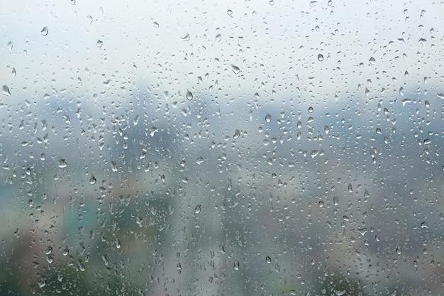 Abstrait, gouttes d'eau sur un verre à vitre, jour de pluie