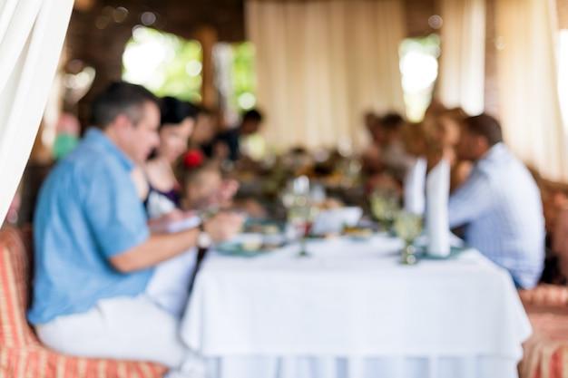 Abstrait groupe flou d'amis réunis au restaurant