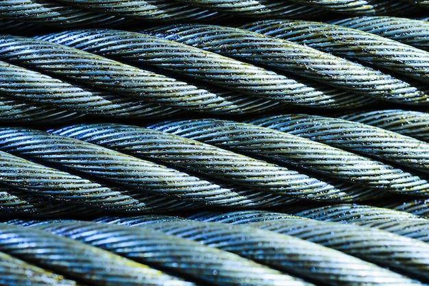 Abstrait industriel. photo en gros plan de câble en acier bleu. nouveau graissage de corde.