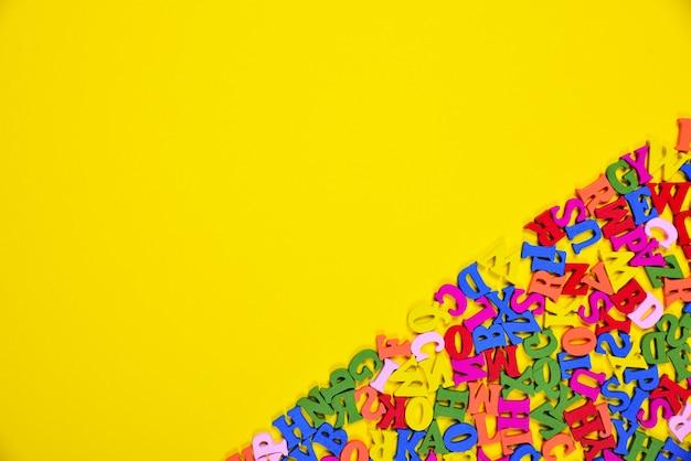 Abstrait jaune avec lettres multicolores