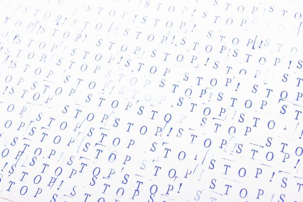 Abstrait avec des lettres bleues. mot stop