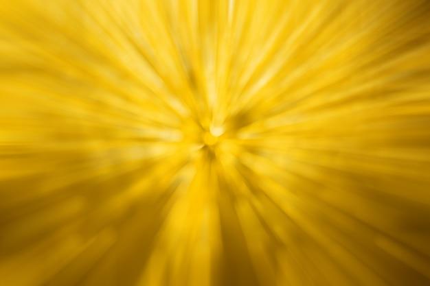 Abstrait lumière jaune floue par effet radial de goutte d'eau à l'arrière-plan de bokeh de pare-brise