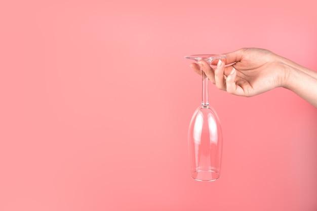 Abstrait avec une main de femme tenant un verre de champagne