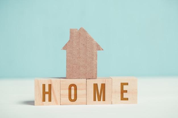 Abstrait maison en carton sur des cubes en bois avec l'inscription