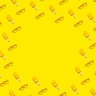 Abstrait minimal d'été plat jeter cadre de popsicles jaunes et lunettes de soleil sur fond vif abstrait avec espace copie