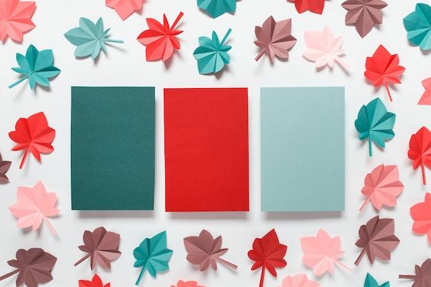 Abstrait avec de nombreuses feuilles d'automne rouge, marron, bleu vert, rose sur fond blanc. image avec copie espace vide.