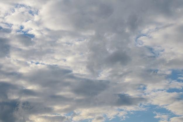 Abstrait de nuages blancs moelleux sur un ciel bleu clair. photo de haute qualité
