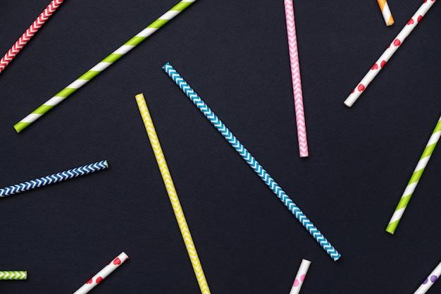 Abstrait. pailles à cocktail à rayures colorées