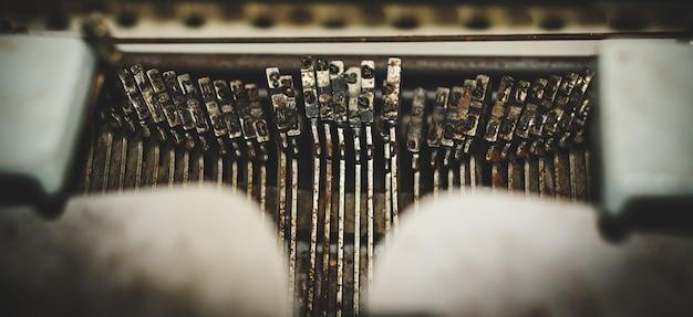 Abstrait avec une partie métallique et des éléments de la machine à écrire rétro