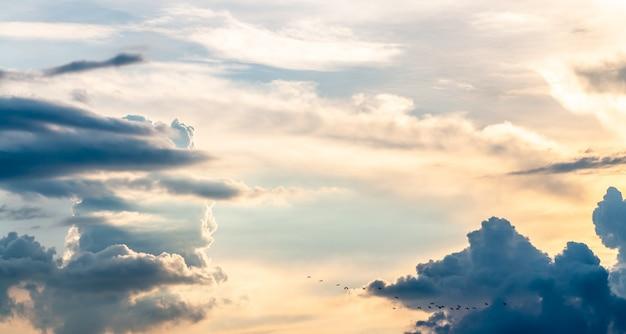Abstrait, paysage de ciel dramatique en soirée.