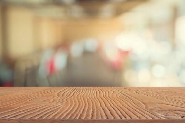 Abstrait de la plaque de bois vide avec arrière-plan flou de café.