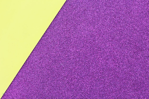 Abstrait et texture du papier glitter jaune et violet. espace pour le texte.