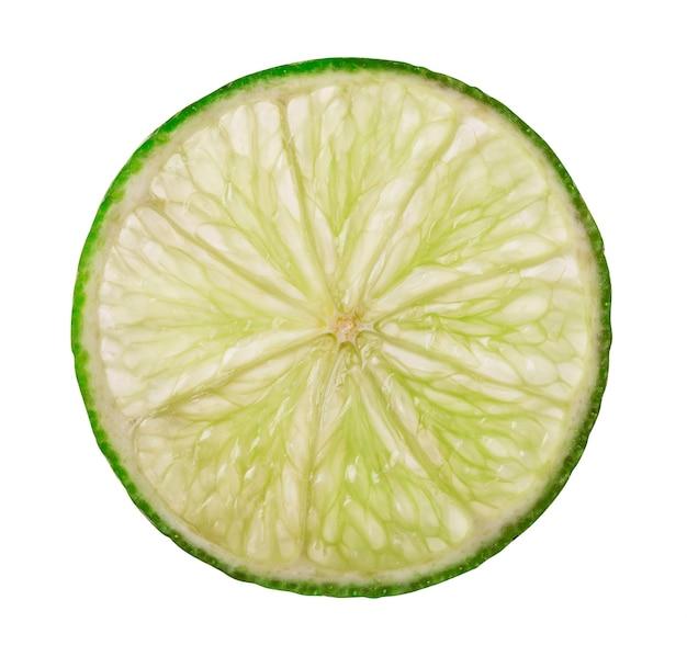 Abstrait vert avec des agrumes de tranches de citron vert. chemin de détourage