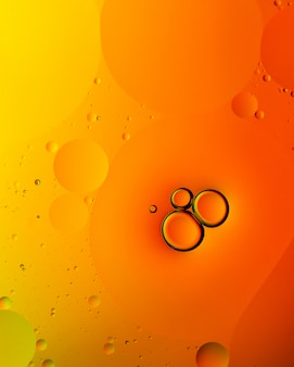 Abstrait vertical de bulles orange ou de gouttelettes