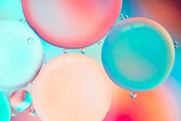Abstraits bulles colorées dans l'eau sur un arrière-plan flou teinté