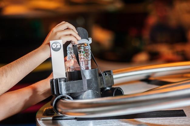 Abu dhabi, eau-22 mai: restaurant automatisé sur l'île de yas, restaurant qui utilise des robots pour effectuer des tâches telles que la livraison de nourriture et de boissons aux tables le 22 mai 2017 à abu dhabi.