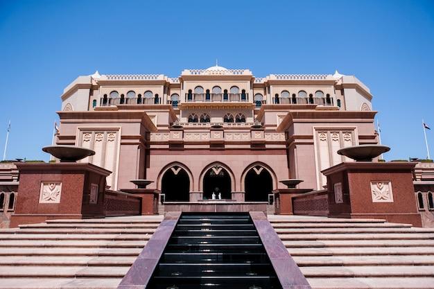Abu dhabi, émirats arabes unis - 16 mars: hôtel emirates palace le 16 mars 2012. emirates palace est un hôtel 7 étoiles luxueux et le plus cher conçu par le célèbre architecte john elliott riba.