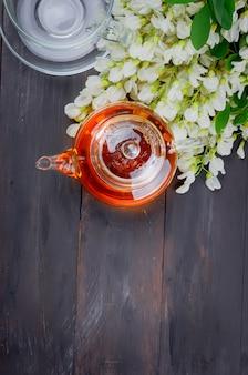 Acacia thé gros plan sur des tables en bois