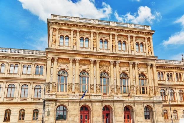 L'académie hongroise des sciences est la société savante la plus importante et la plus prestigieuse de hongrie. sa place au bord du danube à budapest.