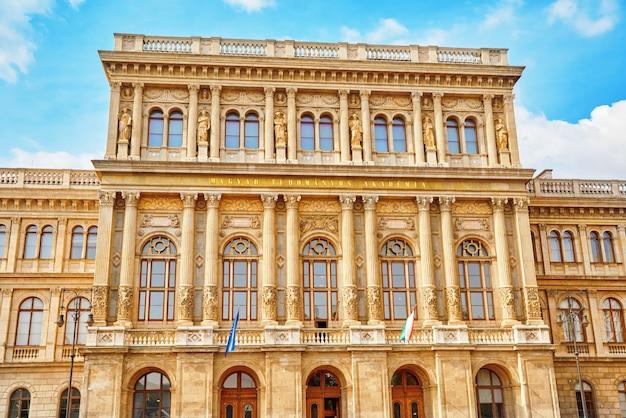Académie hongroise des sciences - est la société savante la plus importante et la plus prestigieuse de hongrie. son siège est au bord du danube à budapest.