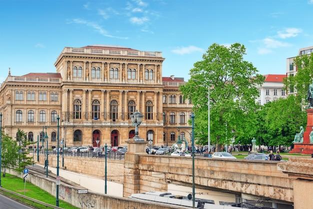 L'académie hongroise des sciences est la société savante la plus importante et la plus prestigieuse de hongrie.
