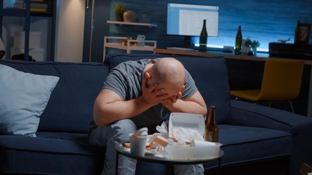Accablé par les problèmes, l'homme crie en recevant de mauvaises nouvelles