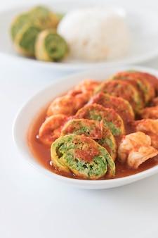 Accacia quittent l'omelette et les crevettes dans la soupe de tamarin