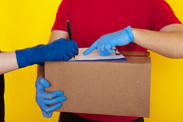 Accepter le concept de commande. document de signe de femme avec courrier.