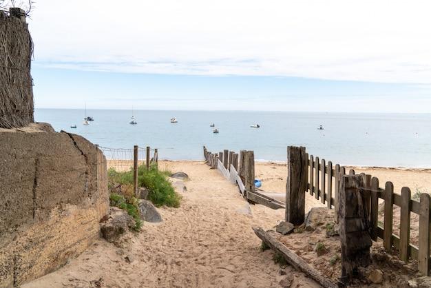 Accès à la plage de dunes de sable en vendée sur l'île de noirmoutier france