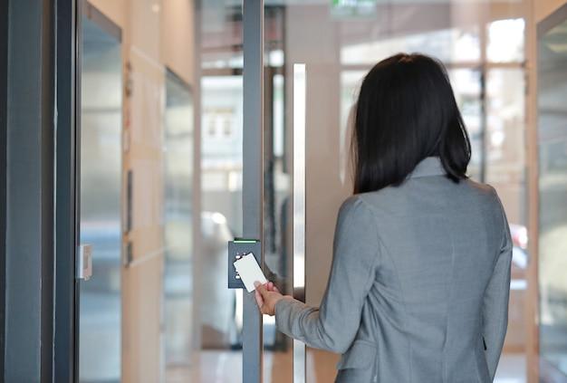 Accès porte avec carte-clé dans l'immeuble de bureaux