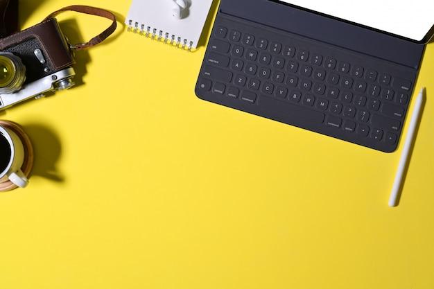 Accessoire minimal avec mise en œuvre innovante et appareil photo vintage sur le bureau