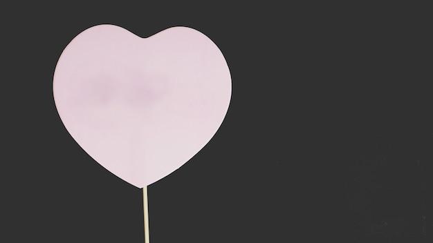 Accessoire de papier pour l'amour ou le signe de mariage sur fond noir.