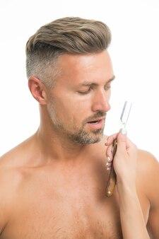 Accessoire de rasage. homme non rasé et main féminine tenant un rasoir. rasoir pour barbier. entretien et rasage de la barbe. raser le salon de coiffure. rasage manuel. rasage vintage. soin de la peau. soin des cheveux.