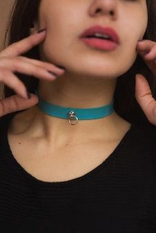Accessoire sexy en cuir avec des pointes autour du cou. collier provocant et bracelet en cuir noir naturel fait à la main