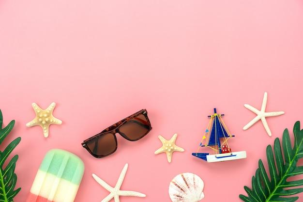 Accessoire de table vue de vêtements femmes prévoient de voyager en vacances d'été