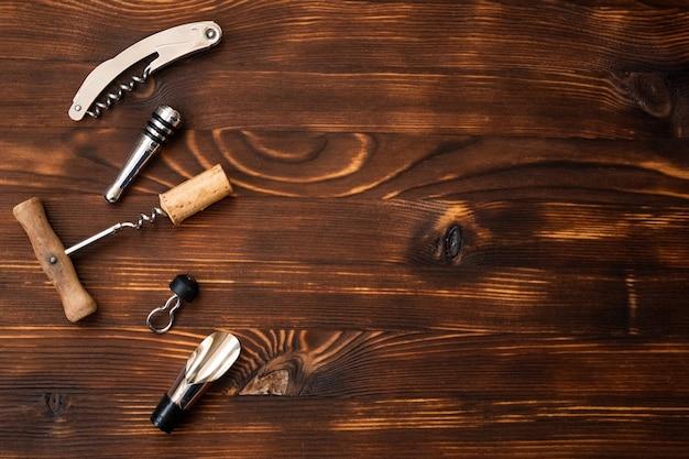 Un accessoire de vin sur une table en bois
