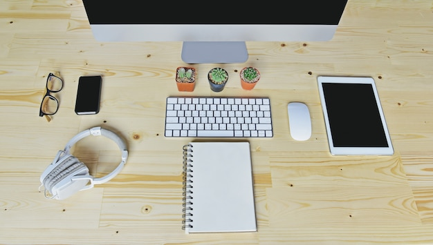 Accessoires d'affaires sur un bureau en bois