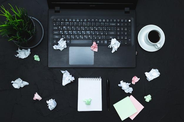 Accessoires d'affaires sur fond graphite. affaires, travail à distance, concept d'auto-apprentissage. vue de dessus, plat, discret.