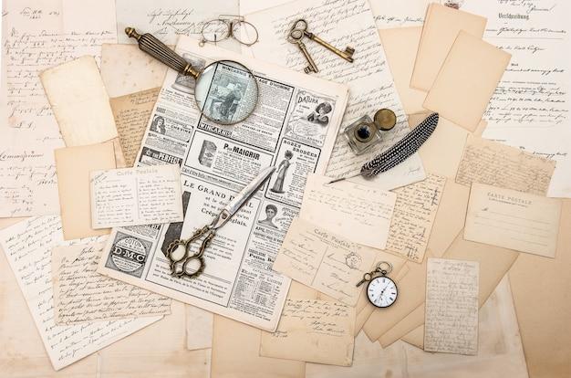 Accessoires antiques vieilles lettres et cartes postales stylo à encre vintage fond sentimental nostalgique
