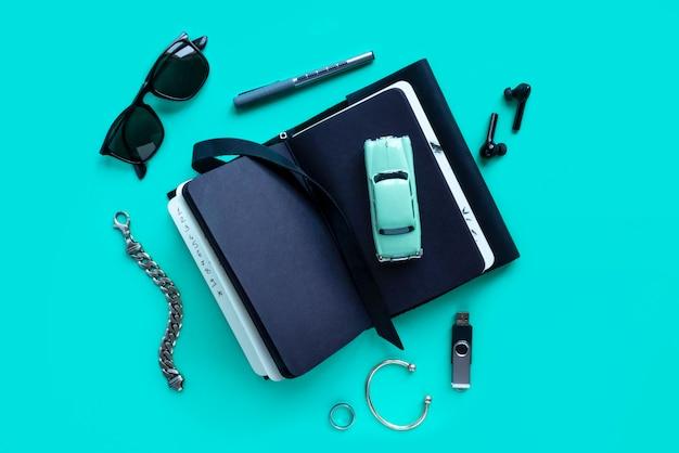 Accessoires et appareils mode pour hommes sur turquoise