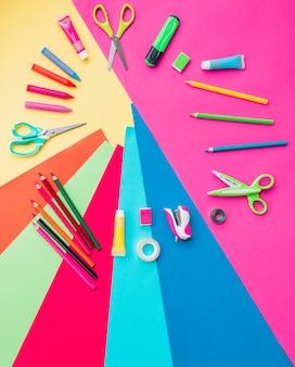 Accessoires artisanaux colorés disposés en forme circulaire