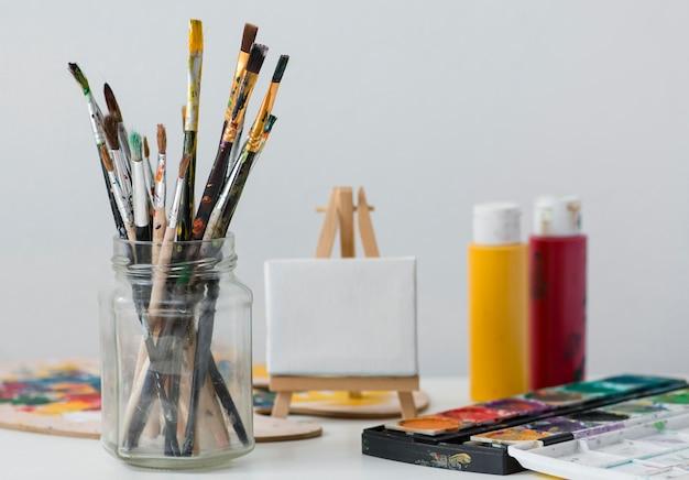 Accessoires d'artiste sur table