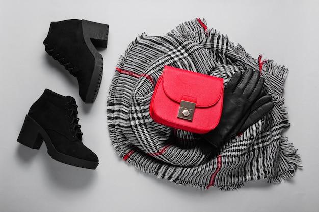 Accessoires d'automne pour femmes. écharpe femme à la mode, bottes, sac rouge, gants. vue de dessus. mise à plat
