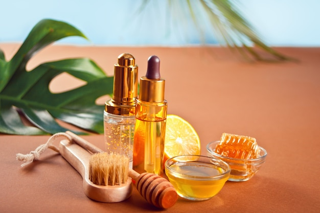 Accessoires de bain et de beauté spa personnels hugiene sur fond marron.