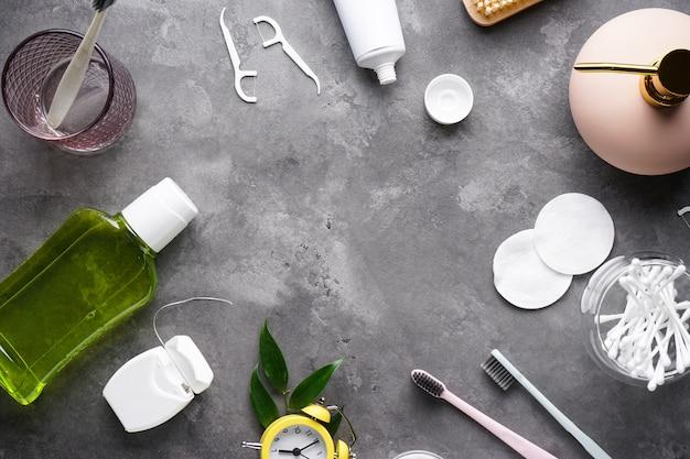 Accessoires de bain et cosmétiques sur gris