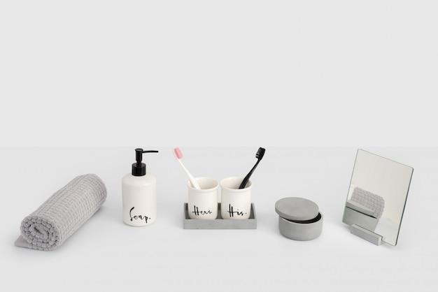 Accessoires de bain sur fond gris