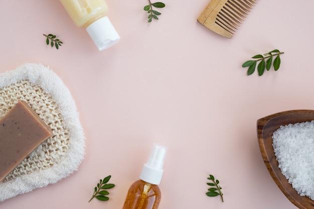 Accessoires de bain sur mur beige. cosmétique spa naturel