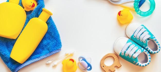 Accessoires de bain pour bébé sur fond blanc. mise au point sélective.