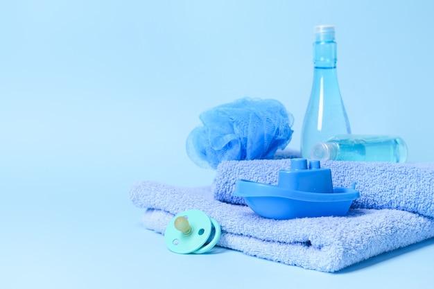 Accessoires de bain pour bébé sur fond de couleur